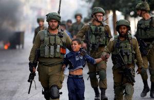 دستگیری یک کودک فلسطینی توسط سربازان اسرائیلی در الخلیل، کرانه باختری