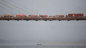 عکس/ ترسناک ترین ترافیک روی پلی در هندوستان