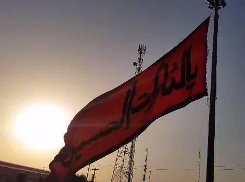 فیلم/ برافراشتن پرچم عزای اربعین در مرز شلمچه