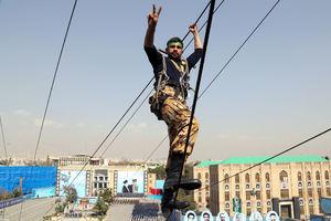 عکس/ اجرای حرکات آکروباتیک توسط دانشجویان افسری ارتش