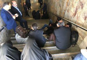 حبس شهروندان و اهالی رسانه در متروی مصلی+عکس