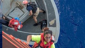 عکس/ نجات ۲ زن بعد از ۵ ماه سرگردانی در اقیانوس