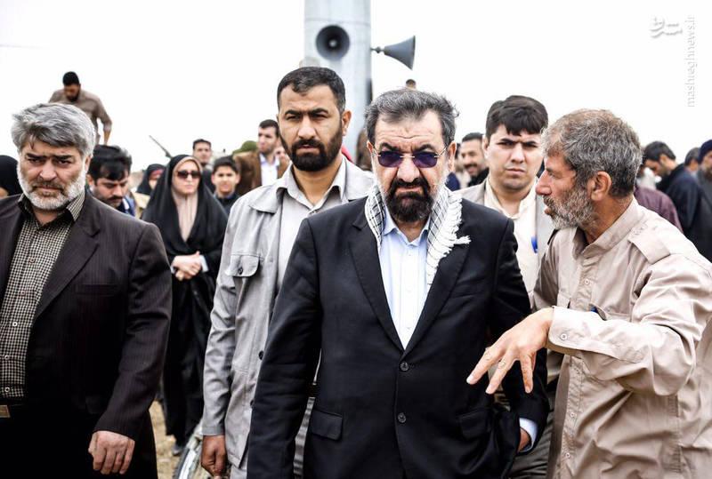 حاج اکبر صباغیان در یادمان شهدای دشت ذوالفقاری آبادان به همراه سردار محسن رضایی