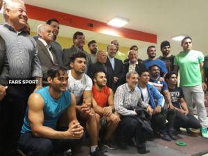 عکس/ مربی معروف فوتبالی در اردوی وزنه برداران