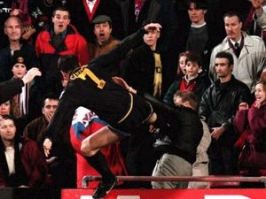 اریک کانتونای فرانسوی یکی از جنجالیترین حرکتهای تاریخ فوتبال را انجام داد. او در سال ۱۹۹۶ در جریان دیدار منچستریونایتد و کریستال پالاس از یک تماشاگر عصبانی شد و لگد محکمی به او زد و 9 ماه محروم شد!