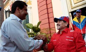 فیلم/ بازی فوتبال رئیس جمهور ونزوئلا با مارادونا