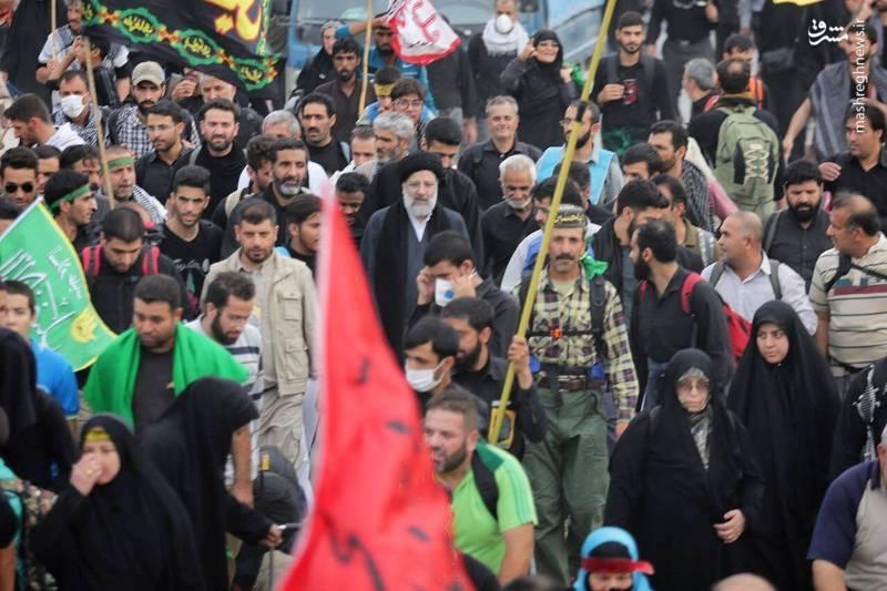 همراهی تولیت آستان قدس رضوی با زائران اربعین در جاده نجف به کربلا