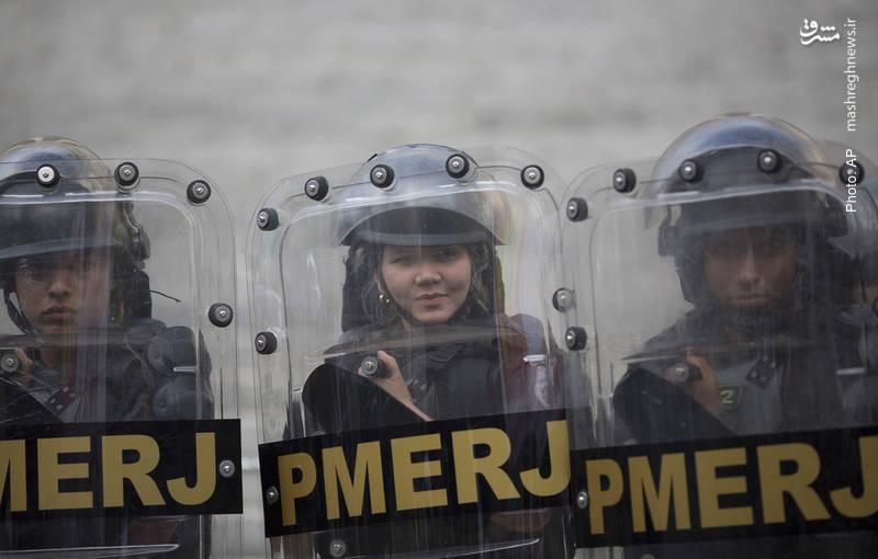 صف پلیسهای ضدشورش در تجمع صدها تن از نیروهای پلیس، آتشنشانها و کارکنان مراکز درمانی مقابل پارلمان برزیل در اعتراض به عدم پرداخت حقوق و مزایا