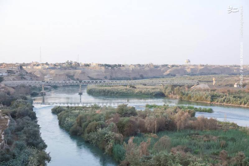 رود دجله از شهر تکریت میگذرد و کاخهای صدام در حاشیه این رود بنا شده است. این تصویر نمایی از دجله را از داخل کاخ نشان میدهد
