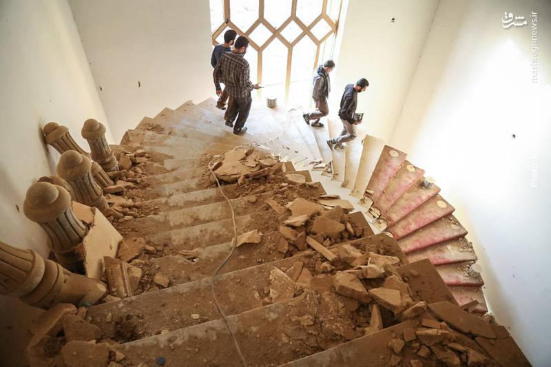 روزی دیکتاتور معدوم عراق، مغرورانه بر این پله ها قدم میگذاشت. پس از فرار داعش،حالا خرابه های باقی مانده از داعش، در کنترل نیروهای عراقی است