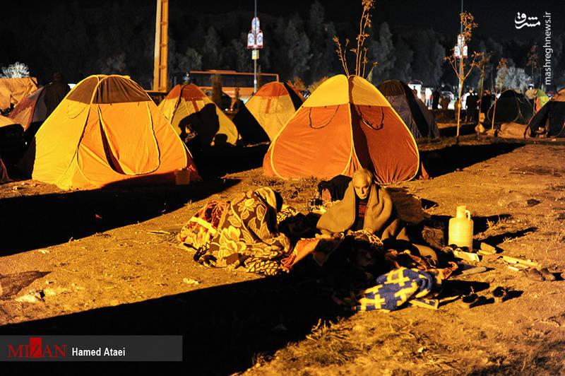 سومین روز امدادرسانی به زلزلهزدگان کرمانشاه؛ 435 کشته و 7817 مصدوم تاکنون / زلزلهزدگان سرپلذهاب امشب را هم بدون چادر میگذرانند +تصاویر