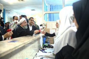 اهدای گل رئیس جمهور به پرستاران و کادر درمانی بیمارستان ایت الله طالقانی کرمانشاه و تقدیر از آنها