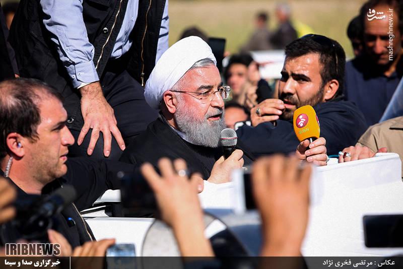 روحانی برای دقایقی از داخل ماشین سخنرانی کرد