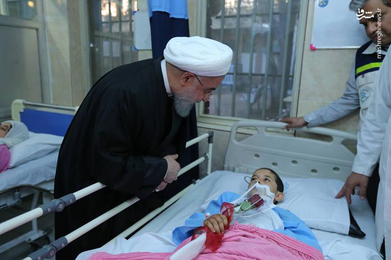 عکس/ عیادت روحانی از مصدومان زلزله کرمانشاه