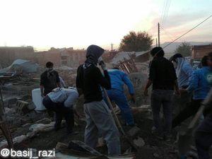 عکس/ آواربرداری روستاهای زلزله زده توسط بسیج