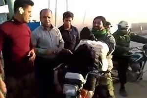 فیلم/ کمک رسانی به زلزله زدگان با موتور