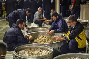 عکس/ طبخ بزرگترین آش نذری جهان در شیراز