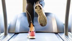 کدام یک کالری بیشتری می سوزاند: دویدن داخل خانه یا بیرون از خانه؟