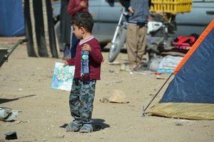 فیلم/ پخش اسباب بازی بین کودکان زلزله زده