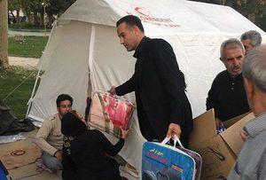 عکس/ مربی تیم ملی والیبال در حال کمک رسانی به زلزله زدگان
