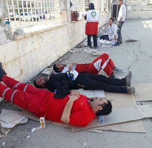 عکس/ خستگی امدادگران جمعیت هلال احمر