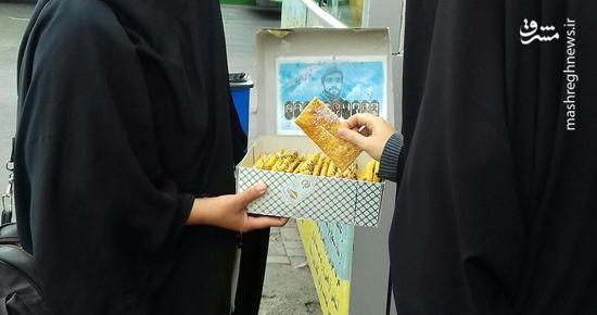 پخش شیرینی پیروزی بر داعش در خیابان