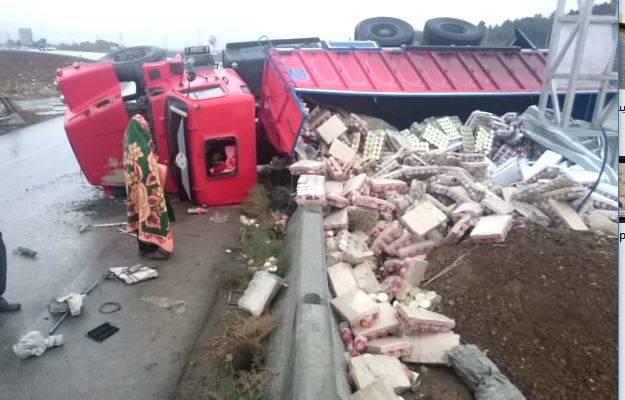 فیلم/ واژگونی کامیون مواد خوراکی در اسلام آبادغرب