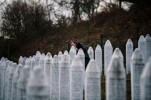 راتکو ملادیچ، فرمانده صرب پس از گذشت بیش از 22 سال از فاجعه نسلکشی بوسنی و هرزگوین به جرم جنایت جنگی و جنایت علیه بشریت به حبس ابد محکوم شد، اما این چه فایدهای به حال کشتهشدگان و بازماندگان دارد؟