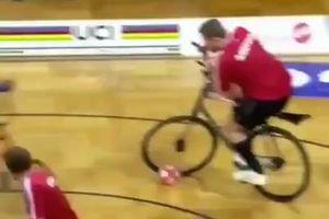 فیلم/ فوتبال با دوچرخه