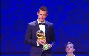 عکس/ جام جهانی در دستان میروسلاو کلوزه