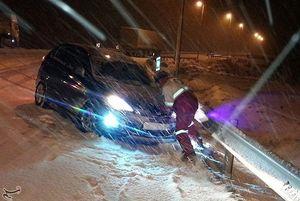 رها سازی ۵۰ خودرو گرفتار در برف و کولاک