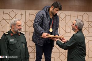 عکس/ تجلیل از علیرضا کریمی قهرمان کشتی کشور