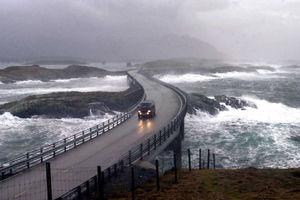 فیلم/ جاده ای در تسخیر امواج سهمگین