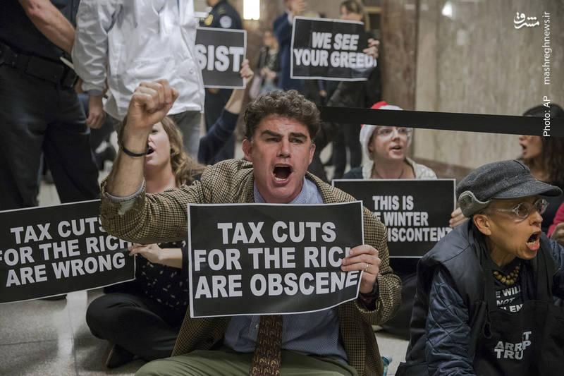 اعتراض مردم در نزدیک سالن جلسات کمیسیون بودجه سنای آمریکا به لایحه جمهوریخواهان برای کاهش مالیات ثروتمندان