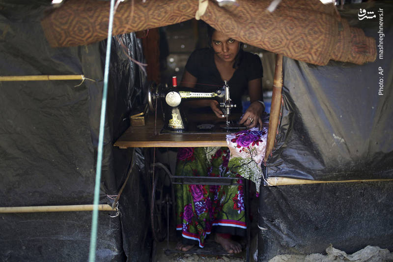 امید فروخته در چشمان زن روهینگیایی در کمپ مهاجران در بنگلادش، حین اشتغال به کار با چرخ خیاطی