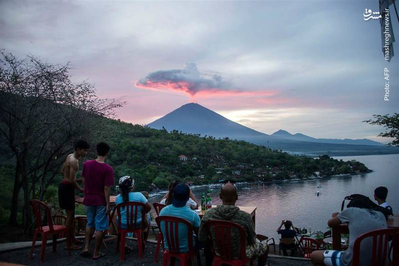 انتشار دودهای آتشفشانی از کوه آگونگ واقع در بالی اندونزی گر چه منجر به تعطیلی دو روزه فرودگاههای نزدیک به آن شد اما آن قدر زیبا بود که بسیاری را به جای فرار به تماشا واداشت.