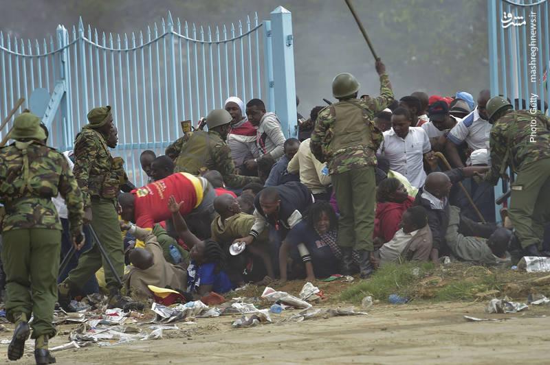 تحقیر هواداران رئیسجمهور کنیا در مراسم آغاز به کار وی از سوی پلیس این کشور. کنیاته برای دومین بار و پس از انصراف نامزد منتقد از برگزاری مجدد انتخابات به این سِمت دست یافت.