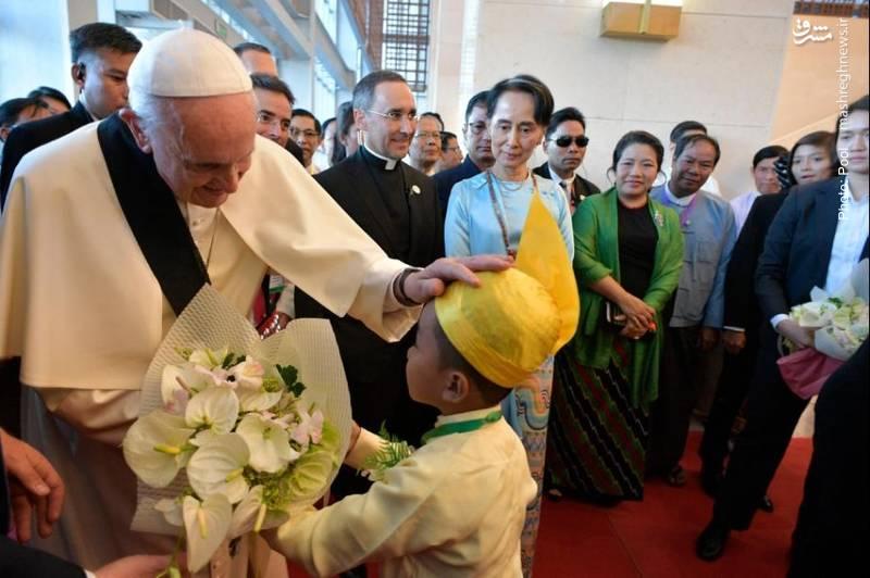 سفر پاپ به میانمار برای دعوت از دولت این کشور برای پایان جنایت علیه مسلمانان. پاپ به دلیل بیتفاوتی جهان به این کشتار از مسلمانان عذرخواهی کرد.
