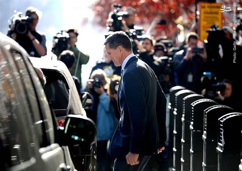 مایکل فلین، چهارمین فرد از اطرافیان ترامپ در حال ترک دادگاه عالی پس از بازجویی است. وی در پرونده دخالت روسیه در انتخابات آمریکا متهم به ارائه بیانیههای دروغ به افبیآی شده است.