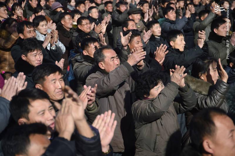 واکنش مردم پیونگ یانگ به شلیک آزمایشی موشک هواسونگ-15 که گفته شده تمام خاک ایالات متحده را تحت پوشش قرار میدهد.