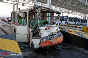 عکس/ تصادف شدید مینیبوس و کامیون