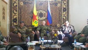 عکس/ جلسه نظامیان روس با کردهای سوریه