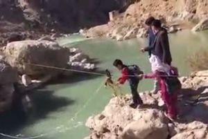 فیلم/ عبور دلهرهآور دانشآموزان از رودخانه