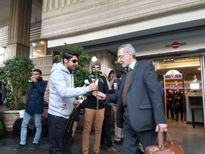 عکس/ هدیه دانشجویان دانشگاه نفت به وزارتنفتیها