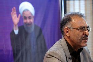 اقدام قانونی پلیس در پایینکشیدن دختر خیابان انقلاب/ «ماه عسل» تمام شد؛ رمضانزاده: باید تکلیفمان را با روحانی مشخص کنیم