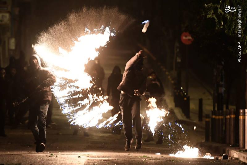 جوانان یونانی هنوز در سالگرد کشتهشدن الکسیس، نوجوان 15 ساله به دست پلیس در سال 2008 میلادی به تظاهرات اعتراضی اقدام میکنند