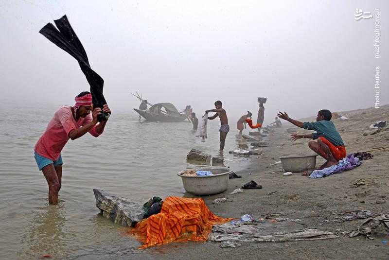 شتستوی لباس از سوی هندیها در ساحل رودخانه براهماپوترا