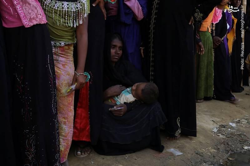 مادر مهاجر روهینگیایی به همراه فرزندش در صف غذا در بنگلادش
