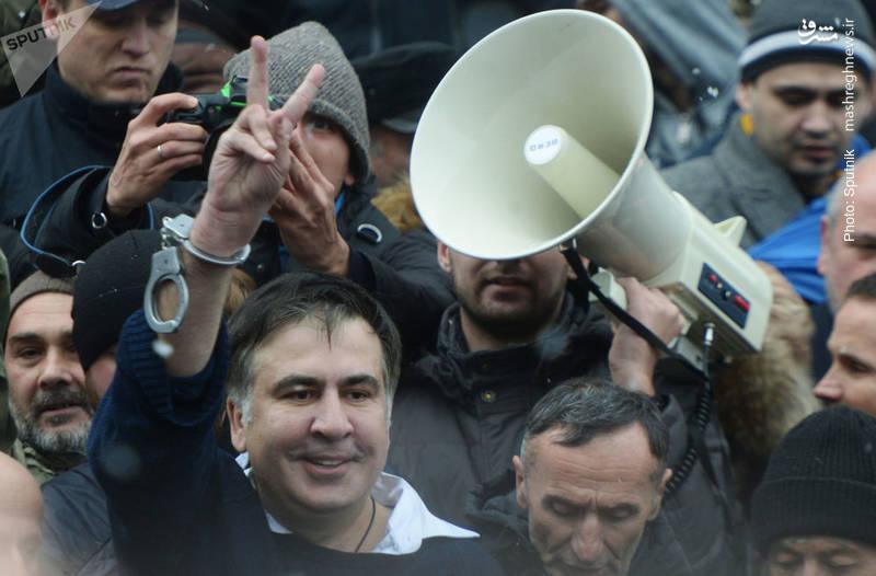 میخائیل ساکاشویلی رهبر انقلاب رنگی گرجستان و رئیسجمهور پیشین این کشور پس از بازداشت در کییف با همراهی هوادارانش آزاد شد