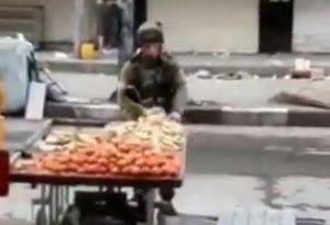 فیلم/ دزدی سرباز اسراییلی از دست فروش فلسطینی